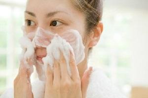 7 Cara Menggunakan Facial Foam Yang Benar dan Tepat