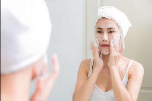 urutan cara membersihkan wajah yang benar