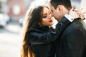 12 Ciri Wanita Ekstrovert Jatuh Cinta Padamu dan Ingin Memilikimu